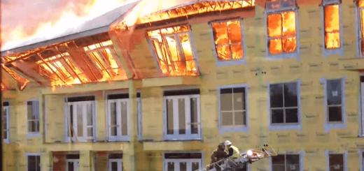 観ているだけでハラハラする…!焼け落ちる寸前の建物に残る男性の危機一髪救出劇がアツい