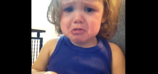 思わずもらい泣きしちゃう…ママの結婚式の映像に感動する女の子の泣き顔が切ない