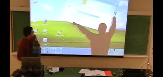 講義中スクリーンに映し出される謎の影の正体とは?先生の仕掛たドッキリがスゴい