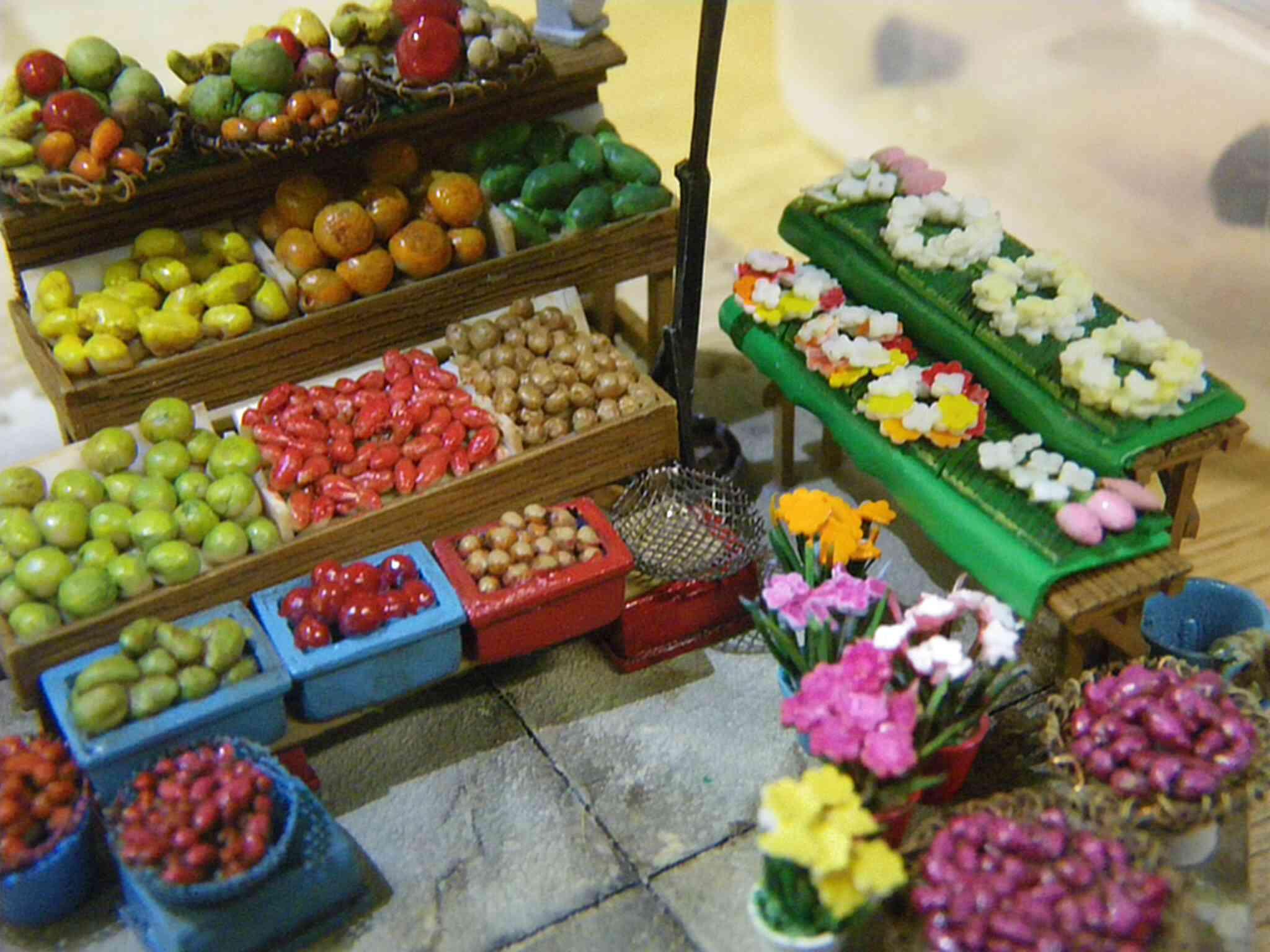 ▼こちらは市場のフルーツ。本物と区別がつかないほどリアルなのに米粒大なんです。