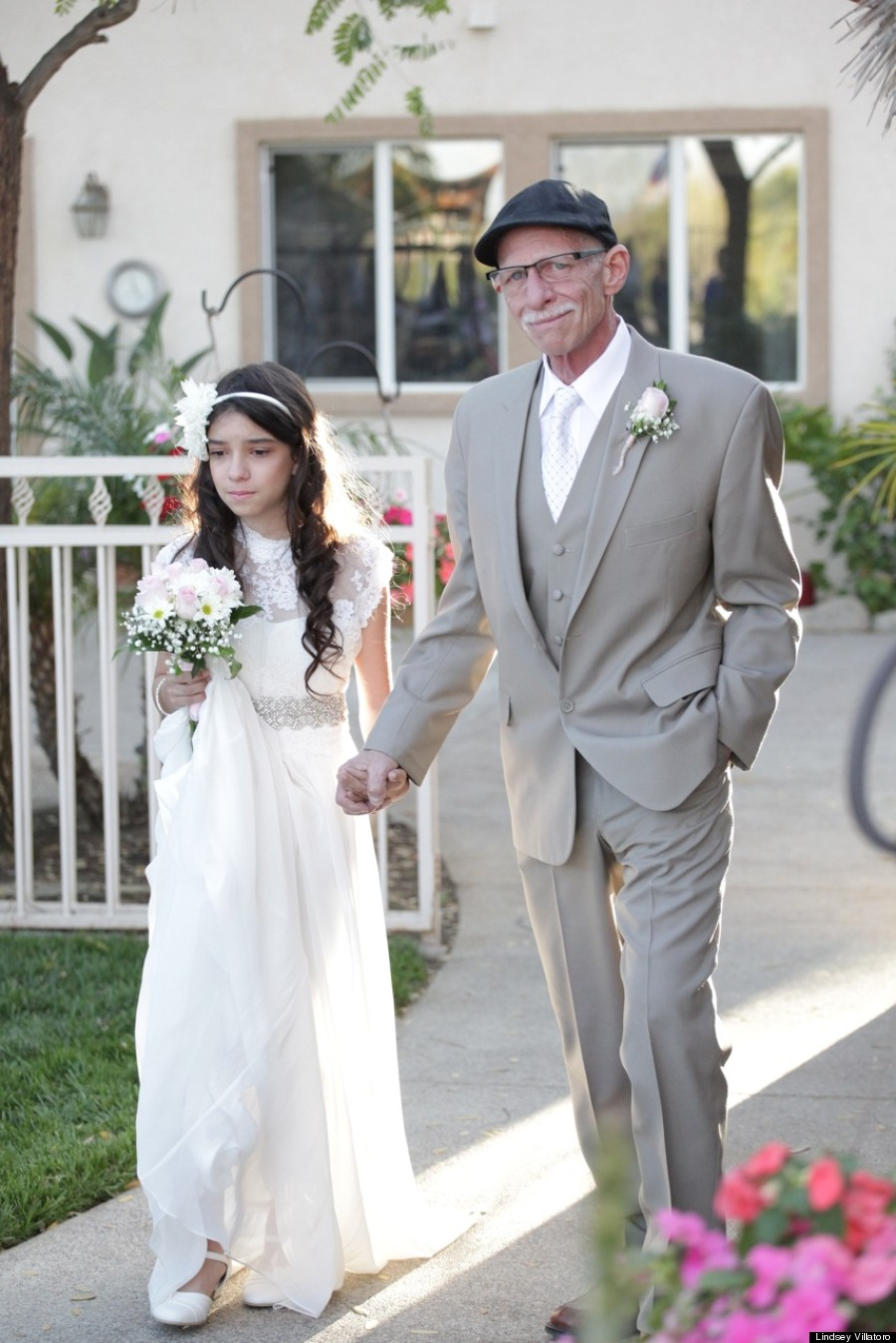 最後の思い出に…仮のヴァージンロードをガンに冒された父と歩く11歳の少女【感動】