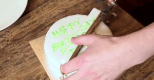 【必見】目からウロコ!合理的すぎるケーキの切り方
