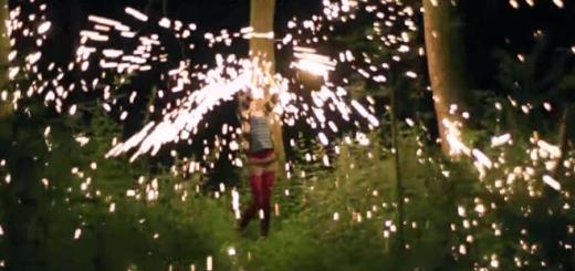 た〜まや〜! 花火を使ったジャグリングがファンタジックで超イケてる!