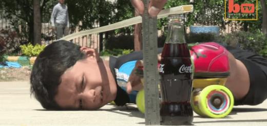 【神業】20cmまで体を圧縮できる少年、39台の車の下をくぐりぬけることに成功!