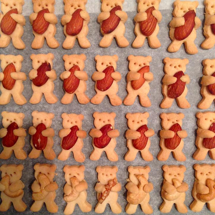 もったいなくて食べれない! ナッツをハグする超キュートなクマちゃんクッキーの作り方