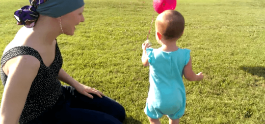 もう赤ちゃんは卒業! 風船に結んだおしゃぶりを飛ばして一歩大人に成長する赤ちゃん