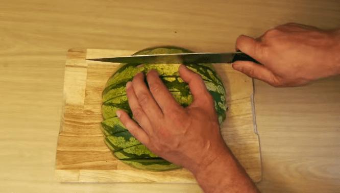 大人数で食べるならコレ! 斬新だけど食べやすいスイカの切り方