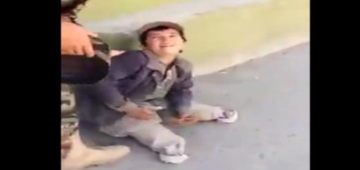 両足を失った少年を無理やり立たせる男。衝撃の結末とは・・・?