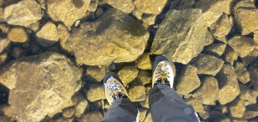 気分はキリスト? 透明に凍った湖の上を歩く映像が幻想的