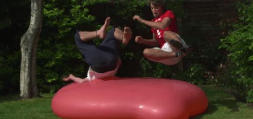 ド迫力!約1.8mの巨大水風船に男二人で飛び乗ったらどうなる?